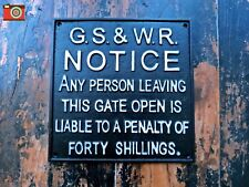 A CAST IRON CLOSE THE GATE PENALTY SIGN. TRAIN, RAILWAY INTEREST.. VINTAGE STYLE