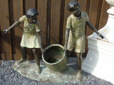 statue garçon et fille au seau sur socle en bronze , jet d eau  .