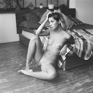 Tirage photo  noir blanc studio nu artistique de femme nue 40x40cm