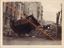 Sturmgeschütz durchbricht Sandsackstellung