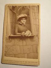 Groningen - Frau mit Hut steht am Fenster in Kulisse / CDV