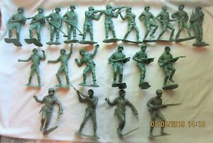 21 Large Vintage WWII Looking American Army Toy Soldiers **LQQK**