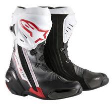 Stivali bianchi marca Alpinestars per motociclista