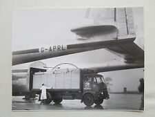 PHOTO ARMSTRONG WHITWORTH AIRCRAFT ARGOSY CARGON LOADING SYSTEM TRUCK CAMION