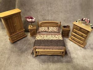 DOLLS HOUSE 1/12 SCALE 5 PIECE PINE BEDROOM SET WITH HAT AND ACCESSORIES.