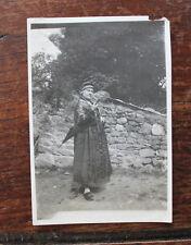 photo originale Vintage family snapshot femme costume traditionnel sabots coiffe