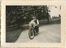 PHOTO ANCIENNE - VINTAGE SNAPSHOT -MOTO MOTOCYCLETTE ENFANT BÉBÉ DRÔLE-MOTORBIKE