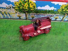 TAYLOR & BARRETT ANNEE 30 CAMION POMPIERS PLOMB 1/43 L: 9 cm AVEC SON POMPIER