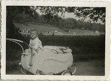 PHOTO ANCIENNE - VINTAGE SNAPSHOT - ENFANT LANDAU DRÔLE-CHILD BABY CARRIAGE 1944