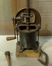 ANCIEN OUTIL  MACHINE USA PRESSOIR EN FONTE