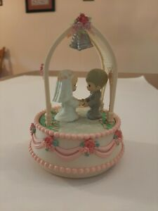 VINTAGE 1988 PRECIOUS MOMENTS MUSICAL WEDDING CAKE TOPPER BRIDE AND GROOM