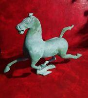 Statuette en bronze - Cheval au galop volant avec un oiseau