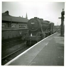 BR (EX-WD) 2-8-0 No.90477 AT UNKNOWN STATION, 1960s. B&W PRINT.