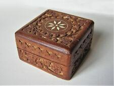 Boîte à bijoux en bois sculpté sur fond doré, étoile en nacre incrustée, 10 cm