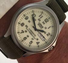 Reloj deportivo Lorus Caballeros estilo militar Lumibrite VX33-X068 hecho por Seiko.