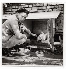 PHOTO ANCIENNE Animal Lapin Cage à Jardin Herbe Blanc  Vers 1960 Petit garçon
