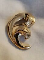 VINTAGE TRIFARI GOLDTONE CURLED LEAF BROOCH PIN SIGNED