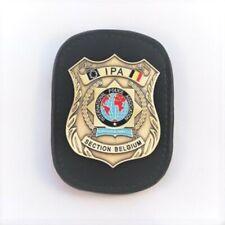 IPA Badge auf Leder mit Gürtelclip für Belgien ~ PLUS 1 IPA Aufkleber