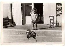 Petite fille avec poussette perron maison  - photo ancienne an. 1949
