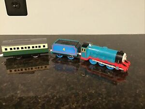 Thomas & Friends TRACKMASTER TOMY  MOTORIZED GORDON WITH GREEN PASSENGER CAR