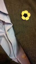 Elegante spilla da giacca fioregialla e blu alternativa al fazzoletto da tasca