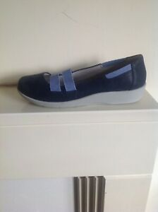 Navy blue casual comfort pump style shoes by Clarks in size 7