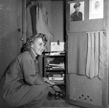 WW2 Photo WWII  Female US Marine Squares Away Her Locker MCWR 1944  USMC / 1483
