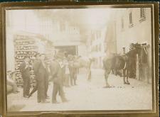 Italie, Milan, Hommes et chevaux dans une cour, ca.1900, Vintage citrate print V