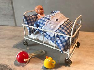 Puppenbett Metall Rollen mit Puppe für Puppenstube, alt