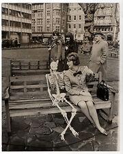 PHOTO Curiosité Surréalisme Femmes Squelette Sheila Kennedy 1970s KEYSTONE Funny