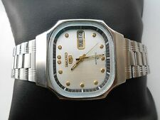 RARE VINTAGE GENTS WHITE DIAL SQUARE TV DIAL SEIKO 5 AUTOMATIC WRISTWATCH