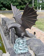 Bronzeskulptur Drache auf Felsbrocken Wasserspeier Gartenfigur Teichdekoration