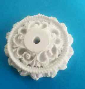 1/12TH SCALE DOLLS HOUSE  WHITE 4.5 cm  CERAMIC CEILING ROSE WITH FLOWER MOTIF