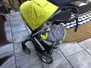 Mamas & Papas Sola 2 pushchair with footmuff in Green, carseat and carrycot