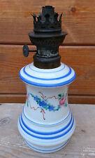 Ancienne lampe à pétrole en porcelaine sans son verre, déco vintage.