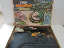 VINTAGE TYCO HO SCALE SLOT CAR RACE SET INTERNATIONAL NITE GLOW WITH 2 CARS