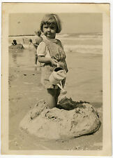 PHOTO - PLAGE MER ENFANT FILLE ARROSOIR JOUET - BEACH GIRL PLAY Vintage Snapshot