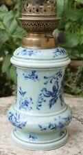 ancienne lampe a pétrole décorée de fleurs et oiseaux ( st uzes ??? )