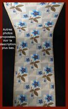 5 rouleaux de papier peint vers 1930 motif floral bleu sur fond gris et blanc.