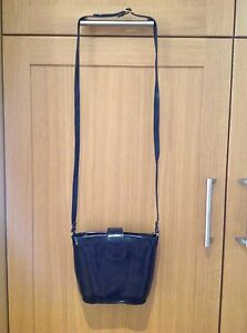 UNBRANDED  LEATHER MESSENGER BAG WITH SUEDE INSIDE/USED BARELY/GREAT CONDITION.