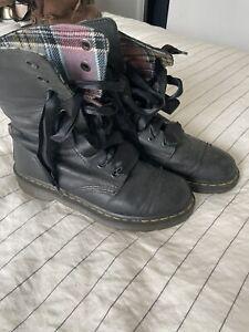 Black Dr  Martins Size 7