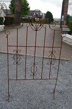 grille en fer forgé sur pied / grille de séparation avec des fleurs