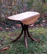 Petite Table basse fin XIX ème en noyer. Pieds bois courbés, plateau 2 rabats