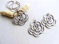 Orecchini e collana in zama placc argento antico. Pendente con rose