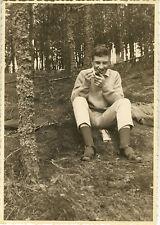 PHOTO ANCIENNE - VINTAGE SNAPSHOT - HOMME FUMER FUMEUR PIPE FORÊT - SMOKING 1962