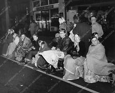 8b6-815 Pasadena Tourn of Roses Parade crowds gather at 4AM Jan 1 8b6-815