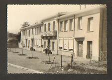 PRADES-LE-LEZ (34) ENFANT au CERCEAU dans COUR D'ECOLE , GROUPE SCOLAIRE en 1970