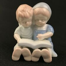 Belle figurine ENFANTS AVEC UN LIVRE, certainement FOREIGN. Porcelaine Allemagne