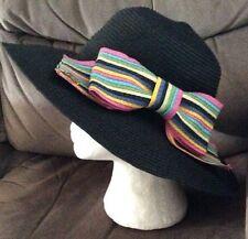 Splendido Cappello Nero da Betsey Johnson + Multi Colore Fiocco a lato Nuovo con Etichetta Matrimonio