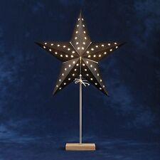 Konstsmide Tischlampe Papier Stern schwarz mit Metall-Eiche-Fuß 69 x 46 cm
